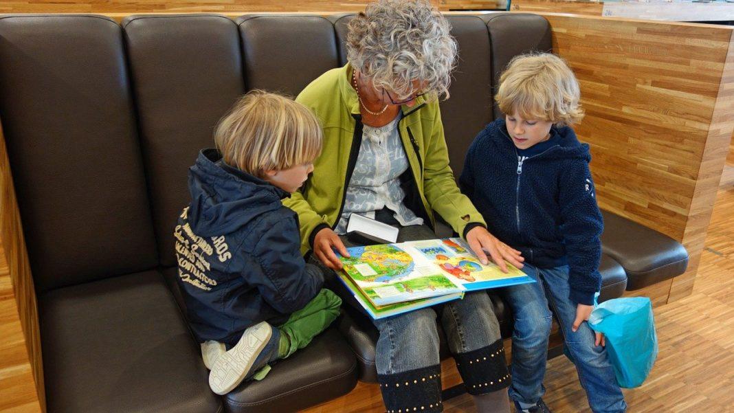 oudere voorlezen kind